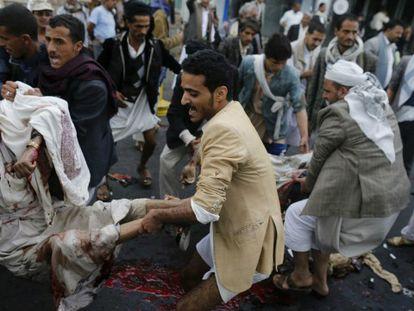 Xiitas huthis transportam os feridos em um ataque suicida em 9 de outubro em Sanaa / Foto e vídeo de Reuters