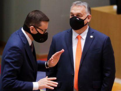O primeiro-ministro polonês, Mateusz Morawiecki (à esquerda), e seu colega húngaro, Viktor Orbán, falaram na cúpula de dezembro passado em Bruxelas.