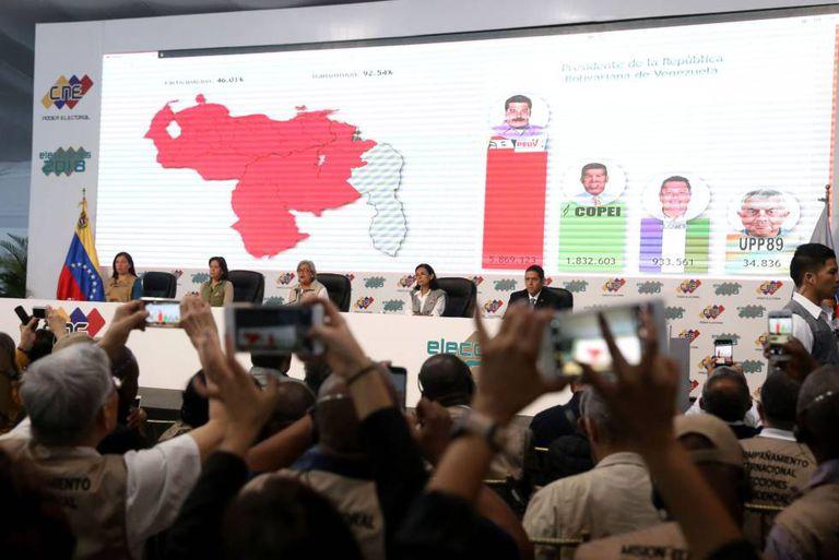 Membros do Comitê Nacional Eleitoral de Venezuela anunciam os resultados das eleições do Domingo em Caracas.