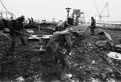Vários 'liquidadores' retiram escombros nos arredores da central de Chernobyl, depois do acidente de 26 de abril de 1986.