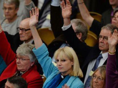 O sínodo da Igreja da Inglaterra aprova a ordenação de bispas.