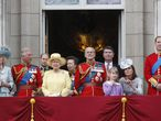 (De izquierda a derecha) la Duquesa de Cornwall, Camilla, el Príncipe Carlos, el Príncipe Eduardo, Conde de Wessex, la Reina Isabel, la Princesa Ana, el príncipe Felipe, Duque de Edimburgo, Sir Timothy Laurence, Lady Louise Windsor, la Duquesa de Cambridge y el Príncipe Guillermo, Duque de Cambridge, en el balcón de Buckingham Palace durante la ceremonia del desfile del estandarte en Londres.