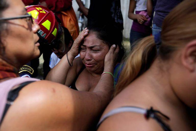 Familiares das vítimas do incêndio no centro de menores de San José Pinula, Guatemala.