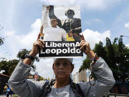 Mulher mostra cartaz que pede a libertação de Leopoldo López.