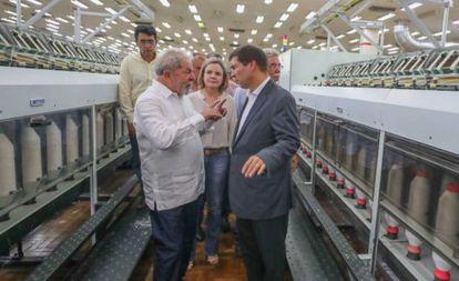 Lula e Josué conversam durante visita a fábrica da Coteminas em Montes Claros (MG), em outubro de 2017.