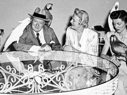 Winston Churchill em 1946 em Miami Beach, com sua mulher, Clementine, e sua filha, Sarah.