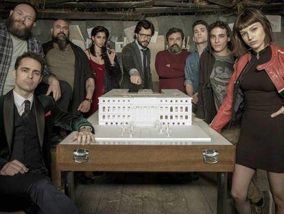 FOTO: Os protagonistas de 'A casa de papel', com Pedro Alonso abaixo à esquerda. / VÍDEO: Tráiler do último capítulo da série.