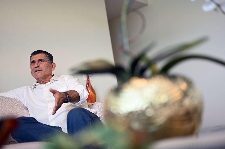 General Carlos Alberto Santos Cruz, ex-ministro do Governo Bolsonaro, em seu apartamento em Brasíia.