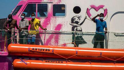 Migrantes resgatados no convés do 'Louise Michel', na quinta-feira.