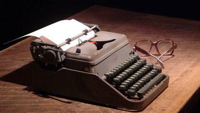 A máquina de escrever e os óculos de José Saramago, Nobel de Literatura em 1998.