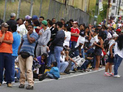 Fila para comprar alimentos na Venezuela.