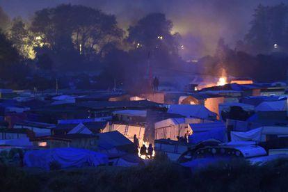Imagem noturna do acampamento de Calais.