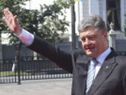 O magnata é empossado como presidente da Ucrânia e garante que nunca abrirá mão da Crimeia, anexada pela Rússia