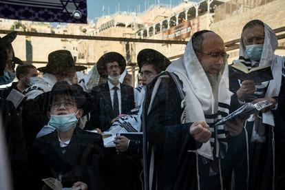 Cerimônia de bênção dos sacerdotes durante a Páscoa judaica no Muro das Lamentações. Pela primeira vez em mais de um ano, milhares de pessoas comparecem sem praticamente nenhuma restrição.