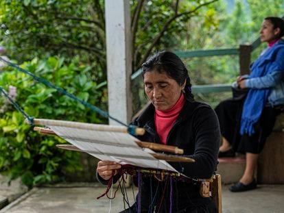 Antonia Sántiz López trabalha em um tear de cintura em sua casa no município de Tenejapa, em Chiapas.