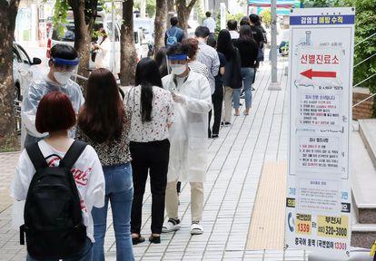 Várias pessoas fazem fila para realizar um teste de coronavírus em Bucheon, na Coreia do Sul, após a detenção de um novo foco de Covid.