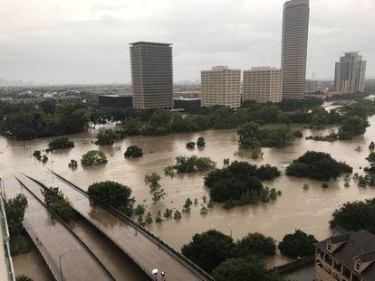 Zona de Buffalo Bayou, em Houston, alagada no domingo.