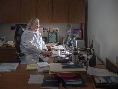 James Allison, em seu escritório, onde guarda a foto de uma paciente que recebeu seu tratamento há 17 anos. A mulher teve dois filhos e continua saudável.