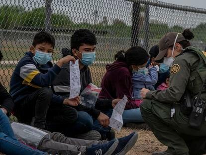 Menores não acompanhados são registrados por agentes da patrulha de fronteira na comunidade de La Joya, Texas.