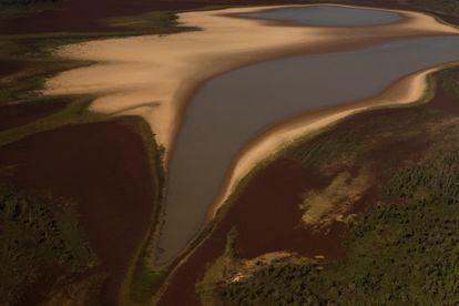Uma lagoa importante está sumindo. Por conta da baixa histórica do rio, o que se vê é o desaparecimento de lagoas, riachos e outros cursos d'água, deixando isoladas comunidades inteiras que vivem no rio, além de impossibilitar o acesso às cidades quando suprimentos e medicamentos são necessários