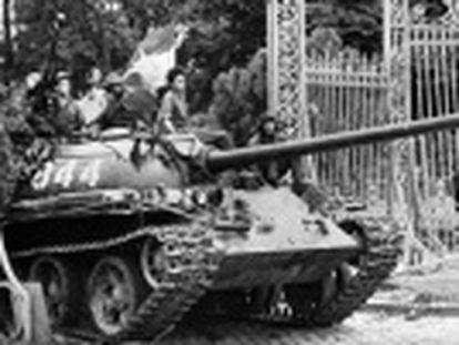 Com a tomada da capital sul-vietnamita pelo Vietcong, terminou o conflito de três décadas que causou a morte de milhões de pessoas