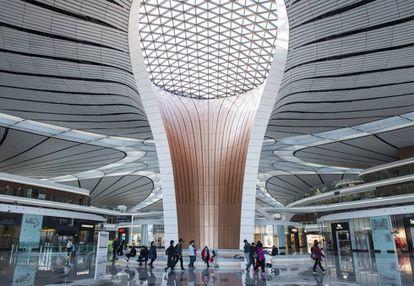 Interior do aeroporto de Daxing, projetado por Zaha Hadid.
