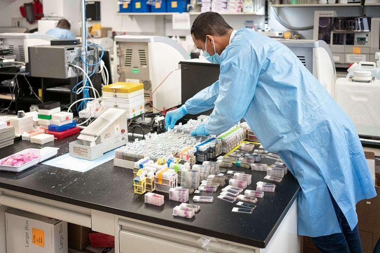 Cientistas se preparando para testar amostras de coronavírus em Nova York, nos EUA, nesta quarta-feira.