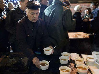 Aposentados gregos jantam durante uma vigília de protesto.