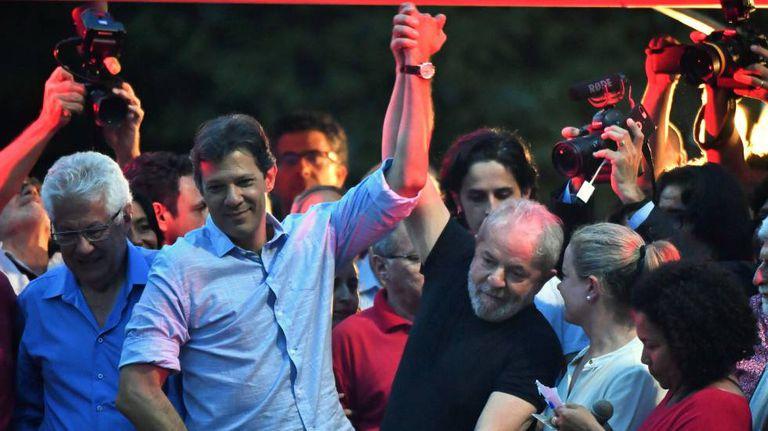 O ex-presidente Lula junto ao ex-prefeito de São Paulo Fernando Haddad durante uma manifestação em janeiro passado.