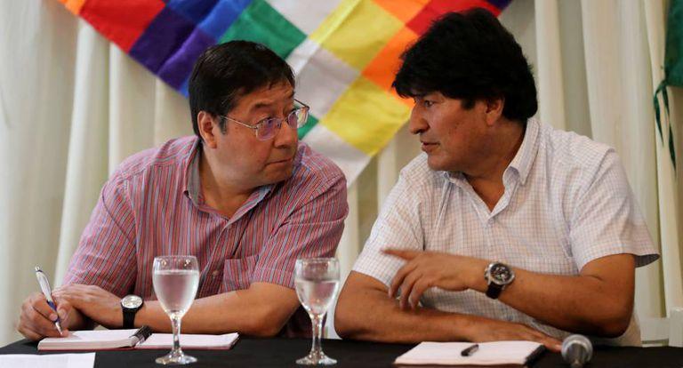 À direita, o ex-presidente Evo Morales conversa com Luis Arce, candidato de seu partido ao Governo da Bolívia.
