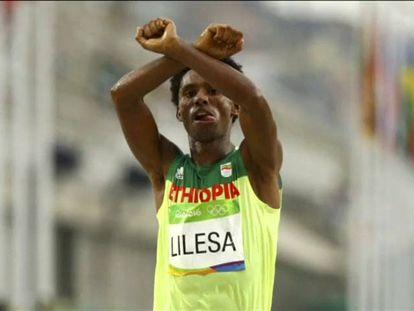 O maratonista Feyisa Lilesa.