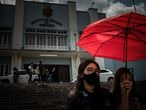 Alunos do Instituto de Educação do Amazonas (IEA) deixam o colégio após mais um dia de aulas, no início da tarde de 13 de agosto de 2020, em Manaus, Amazonas, Brasil. Apesar de o IEA ser uma escola de tempo integral, o horário das aulas segue reduzido devido à pandemia da covid-19.  As aulas da rede estadual de ensino do Amazonas foram retomadas no dia 10 de agosto, sob protestos de organizações de profissionais da educação e grupos estudantis.