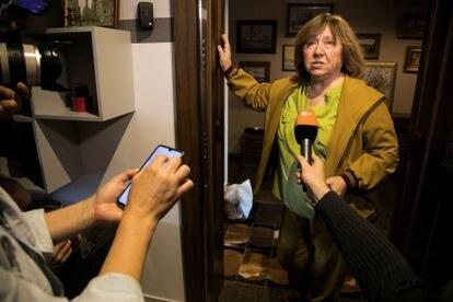 A Nobel Svetlana Alexiévitch concede entrevista em Minsk, em 9 de setembro, antes de partir para a Alemanha.