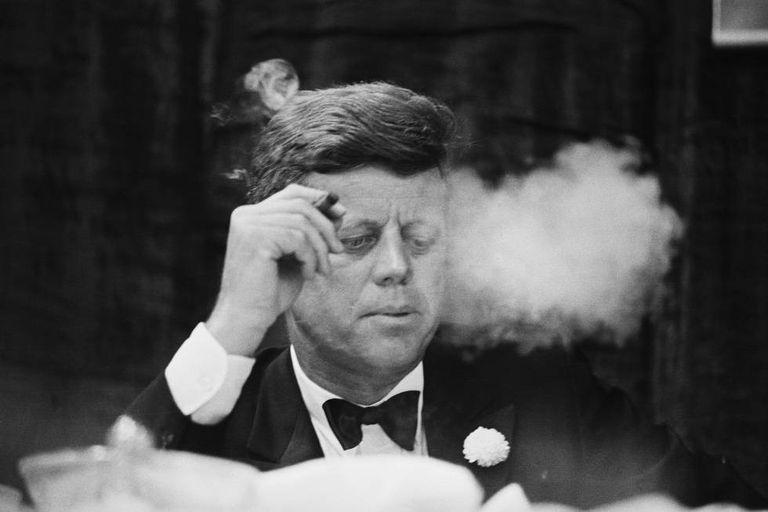 O presidente John F. Kennedy fuma um charuto durante um jantar de arrecadação de fundos do Partido Democrata na Universidade de Boston.
