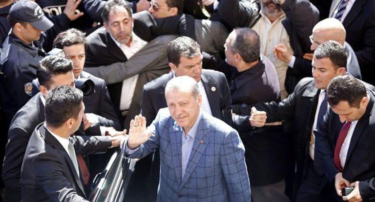 Erdogan, rodeado de simpatizantes após ter votado em Estambul.