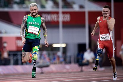 O velocista Vinícius Rodrigues (à esquerda), medalha de prata nos 100m da classe T63, na prova em que foi o segundo colocado em Tóquio.