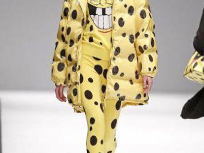 Modelo em um desfile de Jeremy Scott para Moschino veste camiseta com o rosto do Bob Esponja.