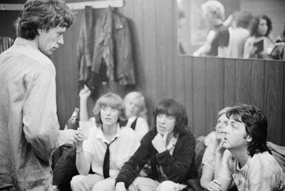 Paul McCartney (à direita) e sua então mulher, Linda, no camarim dos Stones, com Mick Jagger e Bill Wyman, entre outros, em 19 de junho de 197, em Nova York.