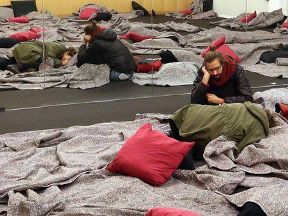 Pessoas descansando durante a representação de 24 horas