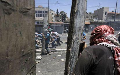 Distúrbios depois do funeral do jovem palestino assassinado.