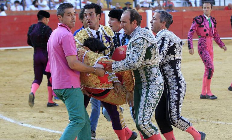 Víctor Bairro ao ser socorrido após ser atingido.