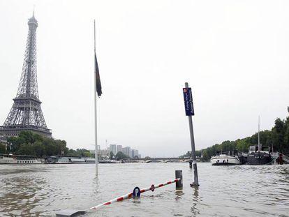 O rio Sena, em sua passagem pela região próxima à Torre Eiffel.
