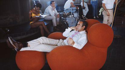 Sean Connery relaxa entre as filmagens de 'Diamantes são Eternos', em 1971.