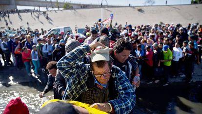 Imigrantes da caravana durante tentativa de invasão do território norte-americano em 25 de novembro, em Tijuana.