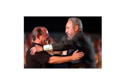 Fidel Castro abraça o cantor Silvio Rodríguez depois de um show em Havana em 2004.