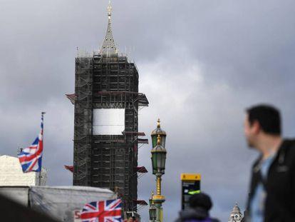 A torre do Big Ben, em Londres, nesta sexta-feira, cercada de andaimes.