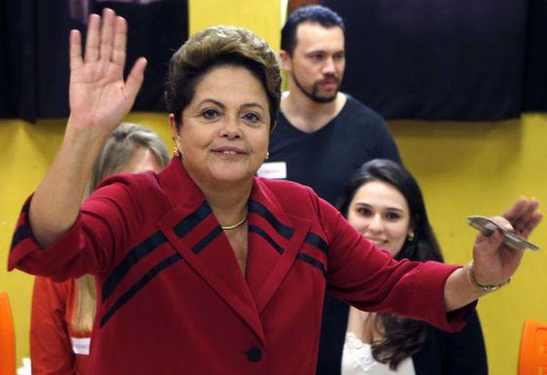 Dilma vota em colégio de Porto Alegre.