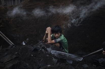 As famílias do lixão de Pucallpa, no coração da Amazônia, trabalham revirando o lixo à procura de produtos para reciclar e sobreviver. As crianças também precisam ajudar.