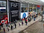 Consumidores esperan en filas para entrar a un Tesco en Londres (Reino Unido), este lunes.
