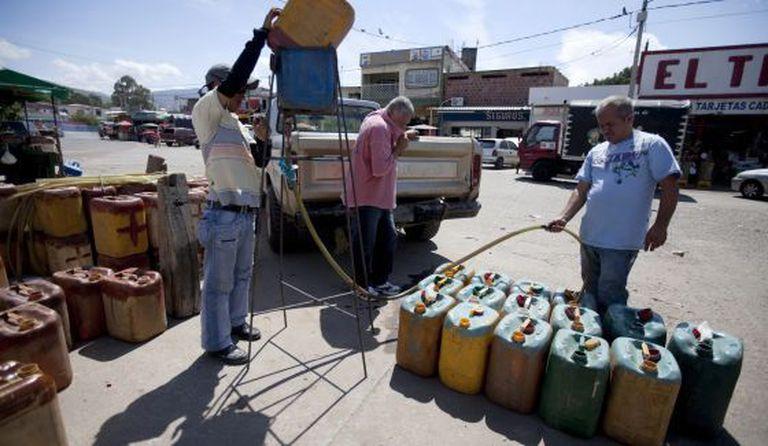 Contrabandistas de gasolina na fronteira entre a Colômbia e a Venezuela, em 2009.